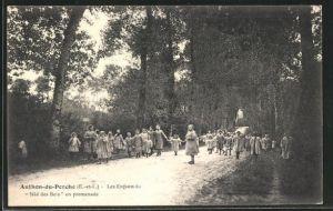 AK Authon-du-Perche, Les Enfants du Nid des Bois en promenade