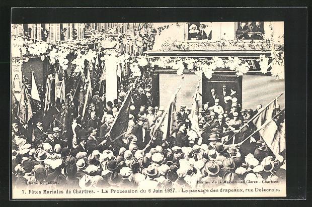 AK Chartres, La Procession du 6 Jui 1927, Le passage des drapeaux, rue Delacroix