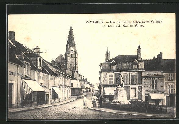 AK Chateaudun, rue Gambetta, eglise Saint-Valerien et Statue du Gaulois Vaincu