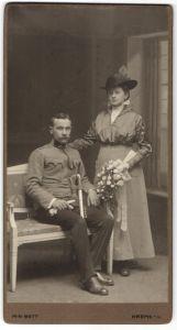 Fotografie M.K. Bett, Krems a. D., österreichischer Soldat in Uniform mit Säbel nebst Gattin