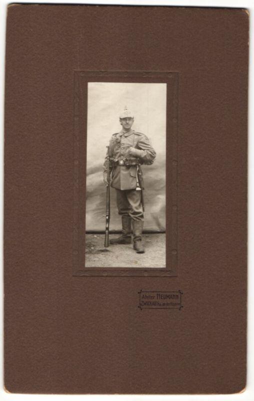 Fotografie Atelier Neumann, Zwickau, Kriegsausmarsch, Soldat in Feldgrau mit Gewehr & Pickelhaubenüberzug Rgt. 133 0
