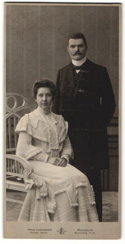 Fotografie Franz Langhammer, Magdeburg, Ehepaar wohl gekleidet im Atelier 0