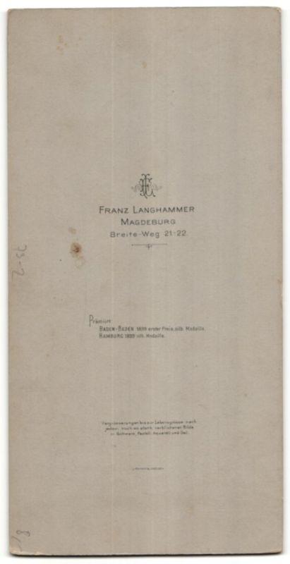 Fotografie Franz Langhammer, Magdeburg, Ehepaar wohl gekleidet im Atelier 1