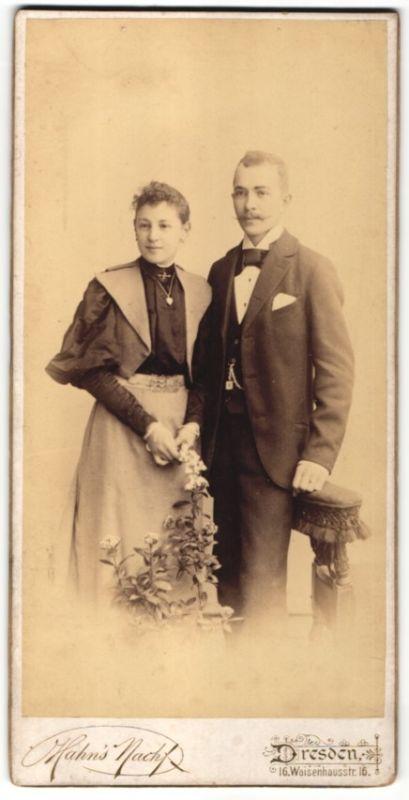Fotografie Hahns Nachf., Dresden, junges Paar im Foto-Atelier, Dame mit Schmuck Armreif & Halskette 0