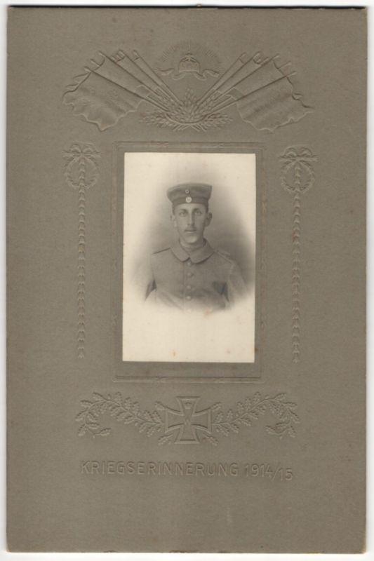 Fotografie Atelier Ertl, Augsburg, Portrait junger Soldat in Uniform mit Krätzchen, geprägtes Eisernes Kreuz & Fahnen 0