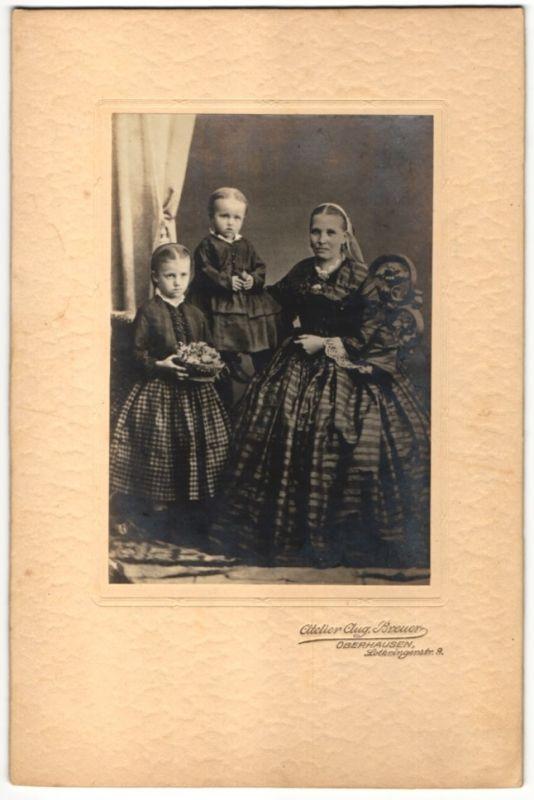 Fotografie Aug. Breuer, Oberhausen, Johanna Klapper mit ihren Kindern im Atelier 0