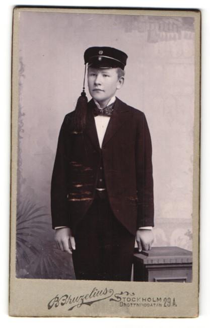 Fotografie B. Bruzelius, Stockholm, Portrait Page in Dienstkleidung mit Mütze mit Kordel 0