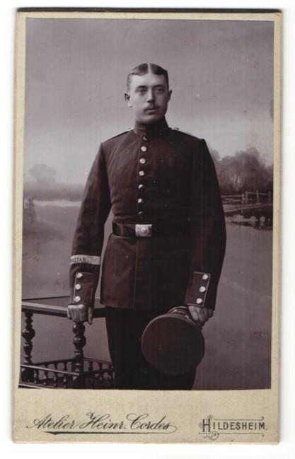 Fotografie Heinr. Cordes, Hildesheim, Portrait Soldat in Uniform, Ärmelband Gibraltar 0