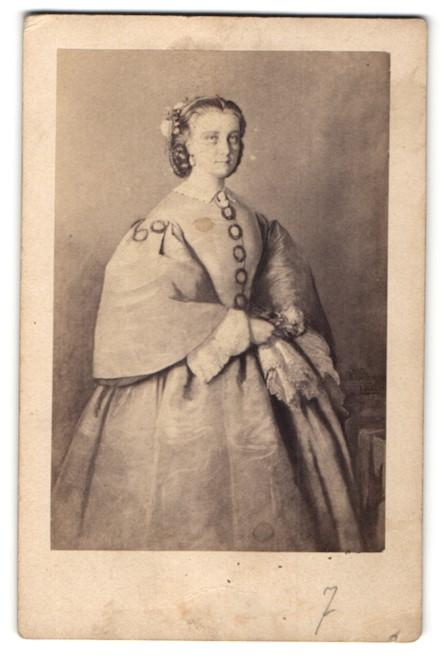 Fotografie J. Schäfer, Frankfurt a/M, Portrait edle junge Dame in Ballkleid, histor. Darstellung 0