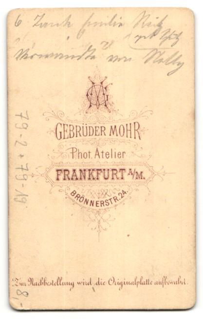Fotografie Gebr. Mohr, Frankfurt a/M, Portrait Dame mit Brosche mit Portrait 1