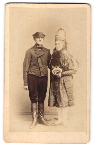 Fotografie unbekannter Fotograf und Ort, Portrait junges Paar in Altenburger Tracht