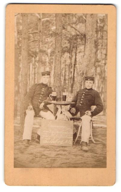 Fotografie J. Plintzner, Trebbin, Portrait Reservisten in Jüterbog mit Bier im Grünen 0