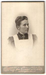 Fotografie Södermalms nya Fotografiatelier, Stockholm, Portrait Krankenschwetser in Dienstkleidung