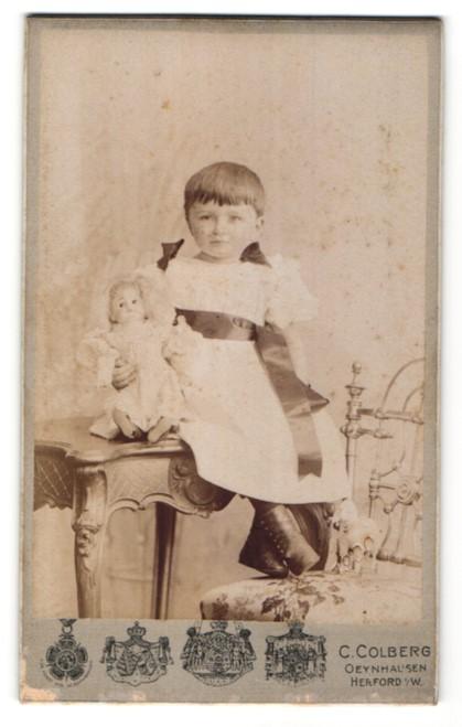 Fotografie C. Colberg, Oeynhausen & Herford i/W, Portrait kleines Mädchen mit Puppe 0