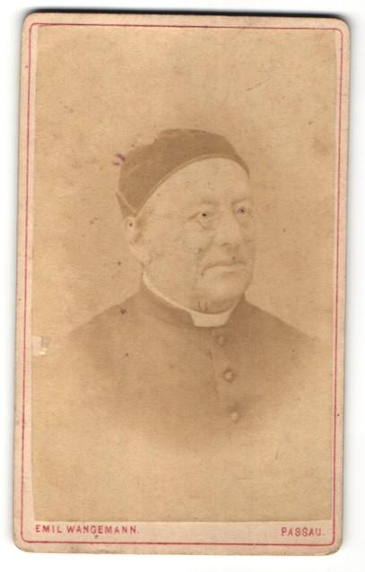 Fotografie Emil Wangemann, Passau, Portrait Geistlicher mit Brille 0