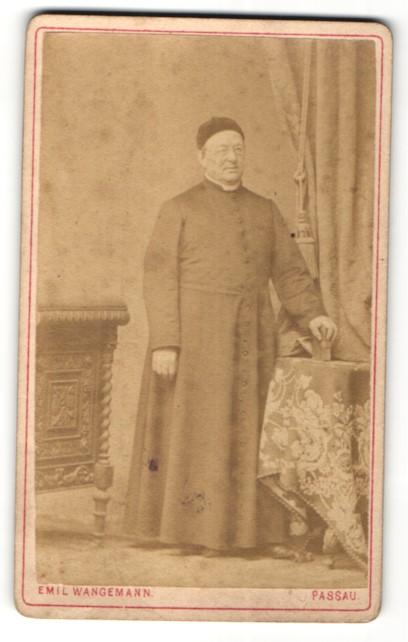 Fotografie Emil Wangemann, Passau, Portrait kathol. Geistlicher in Ornat
