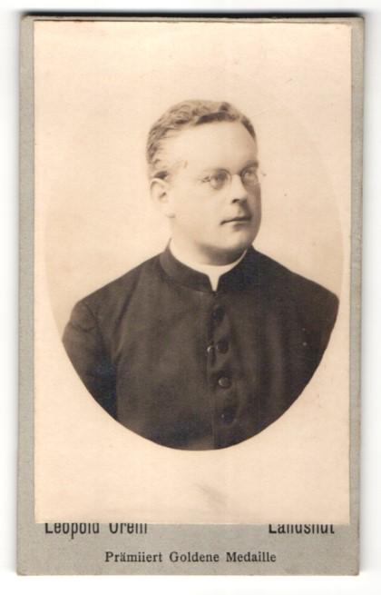 Fotografie Leopold Orelli, Landshut, Portrait kathol. Geistlicher in Ornat mit Brille 0