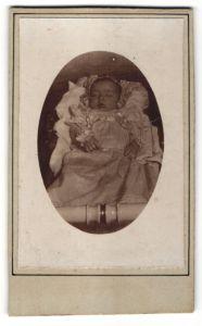 Fotografie aufgebahrter Säugling, Momento Morti, Post Mortem