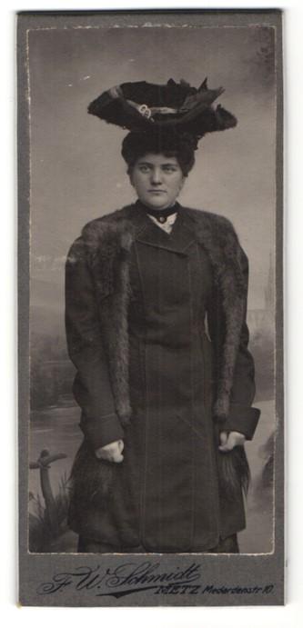 Fotografie F. W. Schmidt, Metz, Portrait Dame mit Pelzschal und Hut 0