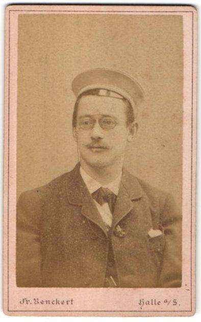 Fotografie Fr. Benckert, Halle a/S, Portrait Student mit Korpsmütze und Zwicker 0