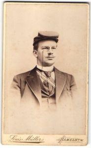 Fotografie Louis Müller, Hameln a/W, Portrait Student mit Mütze und Schärpe