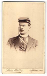 Fotografie Louis Müller, Hameln a/W, Portrait Burschenschaftler mit Mütze und Schärpe, Student