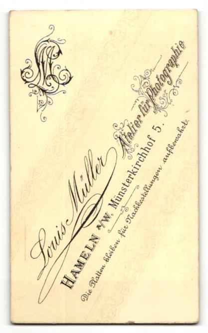 Fotografie Louis Müller, Hameln a/W, Portrait Burschenschaftler mit Mütze und Schärpe, Student 1