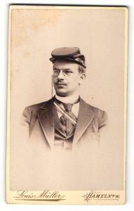 Fotografie Louis Müller, Hameln a/W, Portrait Student mit Mütze, Schärpe und Zwicker