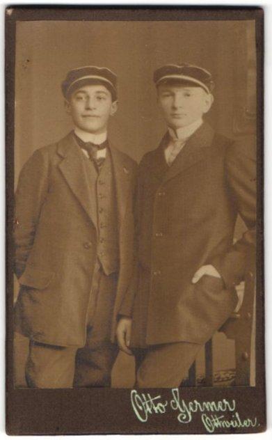 Fotografie Otto Germer, Ottweiler, Portrait zwei Knaben mit Studentenmützen 0