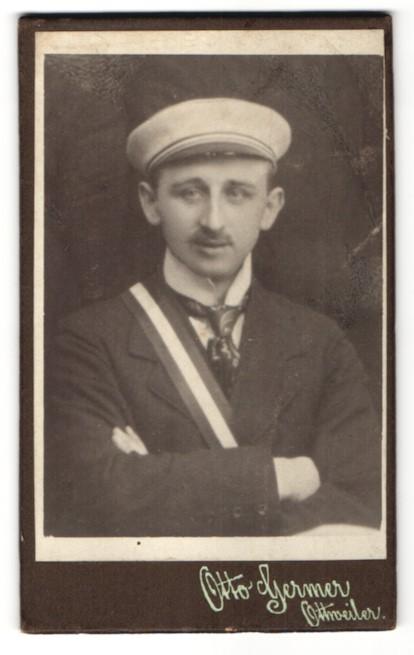 Fotografie Otto Germer, Ottweiler, Portrait Student mit Schärpe und Mütze