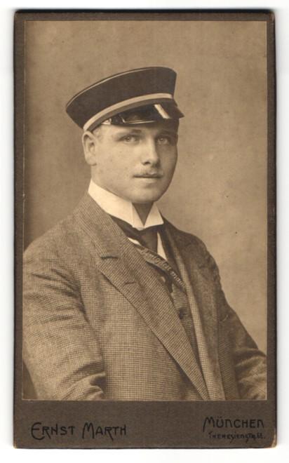 Fotografie Ernst Marth, München, Portrait Student mit Mütze und Schärpe 0
