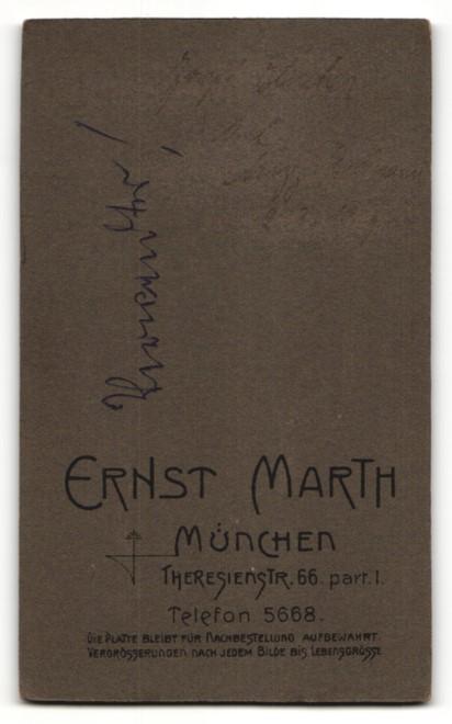Fotografie Ernst Marth, München, Portrait Student mit Mütze und Schärpe 1