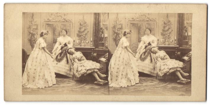 Stereo-Fotografie zwei junge Damen und schlafendes Mädchen, Bürgertum, Biedermeier