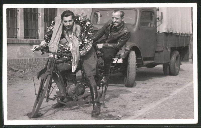 Fotografie Motorrad NSU, Männer auf ausrangiertem Krad sitzend 0