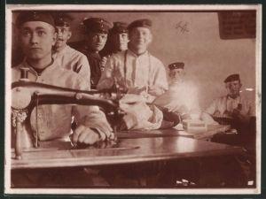 Fotografie 1.WK, Deutsche Soldaten benutzen Nähmaschinen