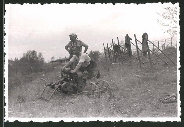 Fotografie Traktor, Winzer benutzt Seilwinde des Schleppers 0