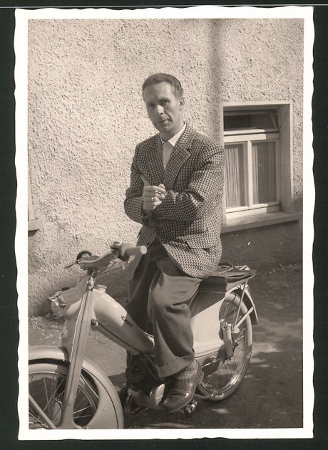 Fotografie Motorrad Capri, Mann im Anzug auf LKrad sitzend 0