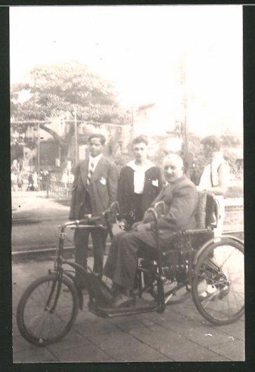 Fotografie betagter Mann im Fahrrad-Rollstuhl sitzend 0