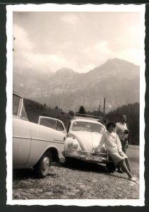 Fotografie Auto VW Käfer, hübsche junge Frau auf Volkswagen Stossstange sitzend