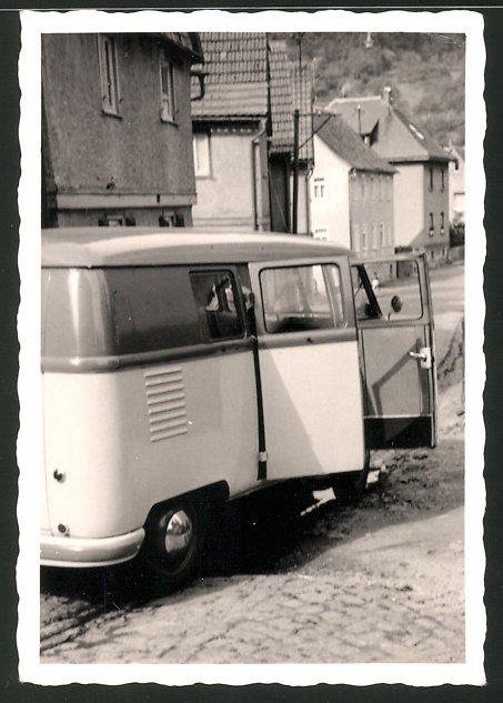 Fotografie Auto VW Bulli T1, Volkswagen Kleinbus am Strassenrand 0