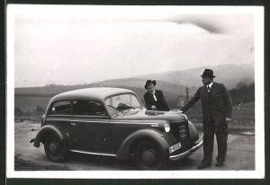 Fotografie Auto Opel, Paar mit PKW auf einer Landstrasse