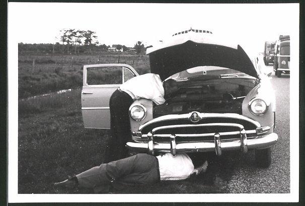 Fotografie Auto, Limousine mit Panne am Strassenrand 0