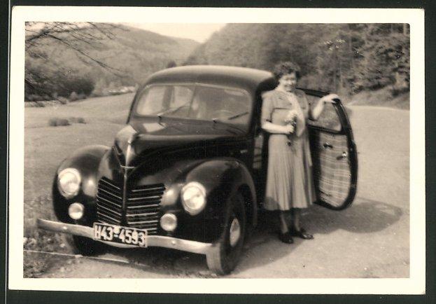 Fotografie Auto Ford Taunus, Hausfrau posiert am PKW 0