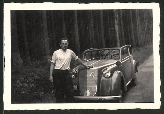 Fotografie Auto Opel Cabrio, Fahrer lehnt am Kühlergrill 0