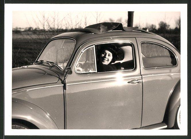 Fotografie Auto VW Käfer, Frau am Steuer des Volkswagen PKW's 0