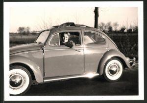 Fotografie Auto VW Käfer, Volkswagen PKW mit Hausfrau am Steuer