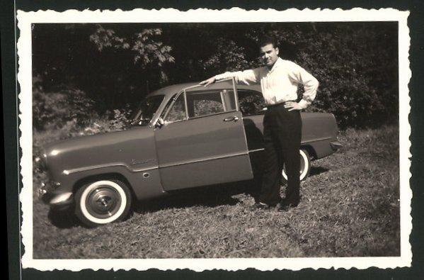 Fotografie Auto Ford Taunus, eleganter Mann neben PKW stehend 0