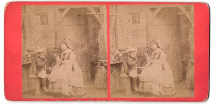 Stereo-Fotografie Dame und Knabe in Scheune sitzend 0