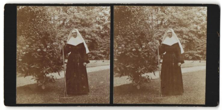 Stereo-Fotografie Nonne, Geistliche, Ordensschwester mit Harke 0