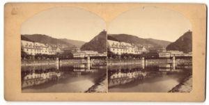 Stereo-Fotografie Fotograf und Ort unbekannt, Gebäude an einem Flussufer